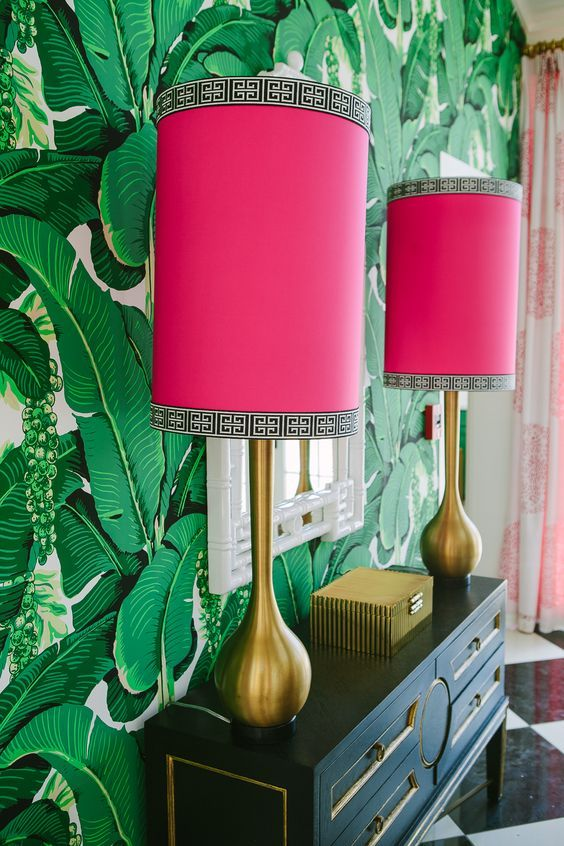 Abajur pink com papel de parede verde