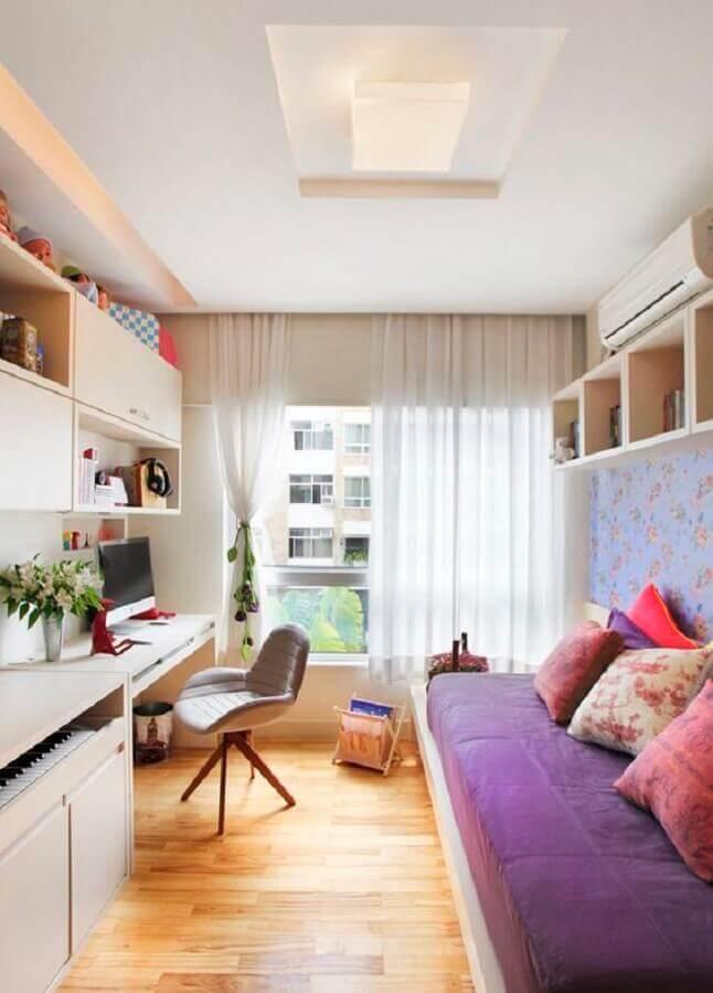 almofadas coloridas para quarto pequeno com escrivaninha Foto Reciclar e Decorar