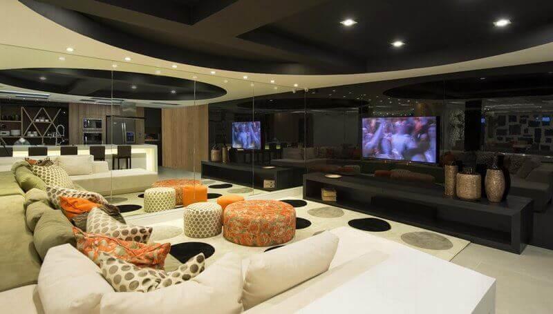 almofadas e puff redondo colorido para sala de TV moderna Foto Anna Maya & Anderson Schussler