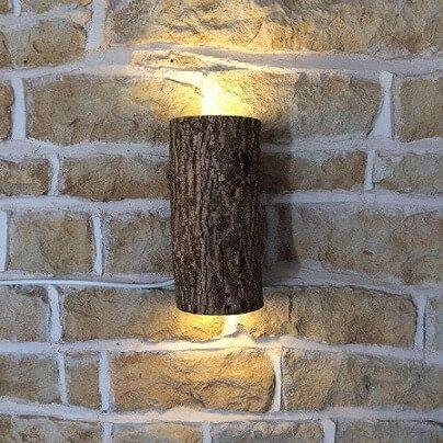 Arandela rústica de madeira em casa bem decorada