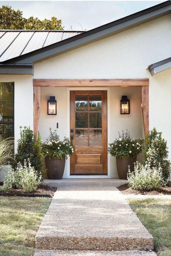 Arandela rústica na entrada de casa