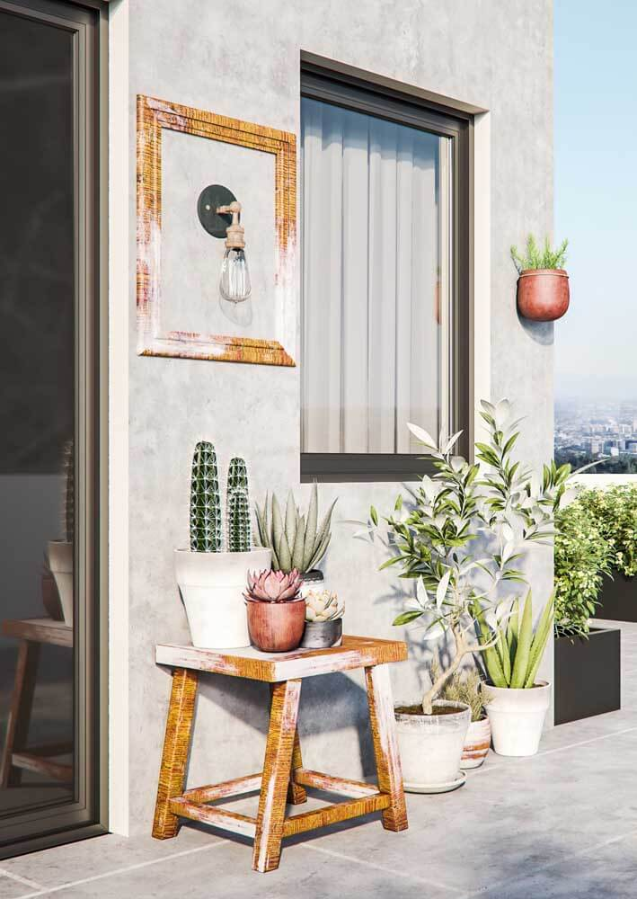 Arandela rústica na varanda de casa