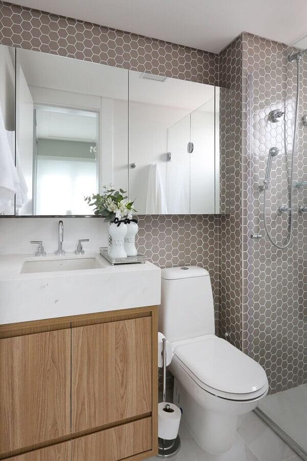 Armário de madeira no banheiro pequeno