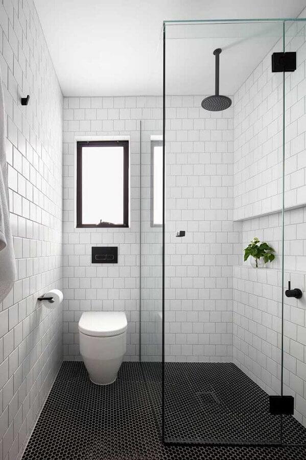 azulejo branco para banheiro simples decorado com pastilhas pretas para o piso Foto Houzz