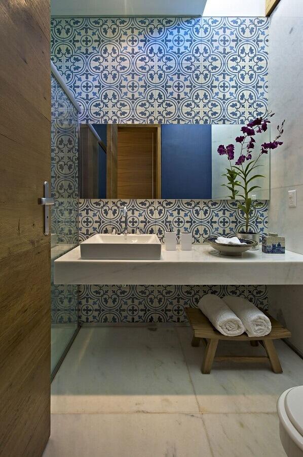 azulejo para banheiro simples decorado com espelheira Foto ArchDaily