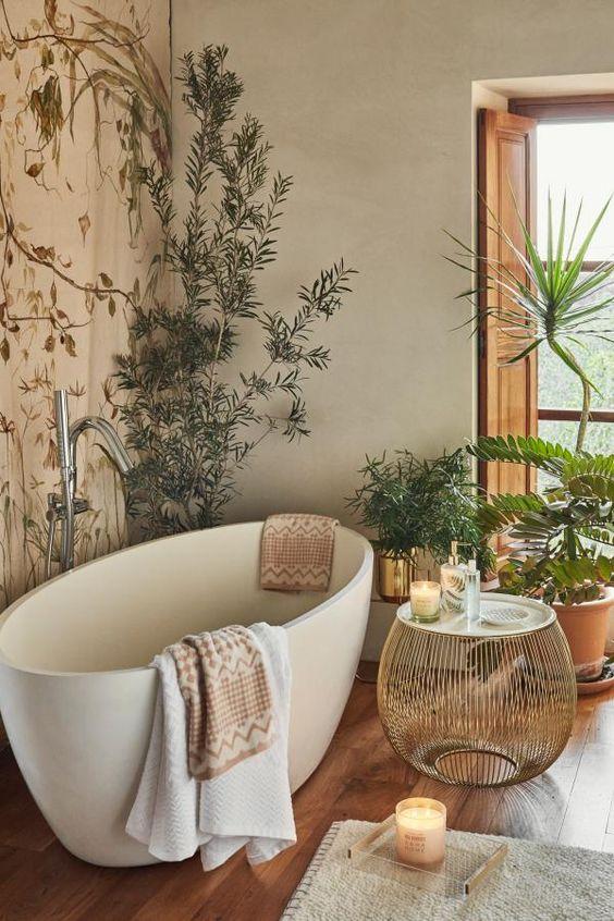 Banheiro amadeirado com banheira branca e detalhes decorativos