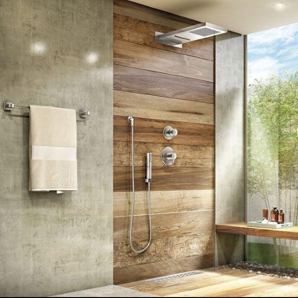 Banheiro amadeirado com detalhes em cimento queimado