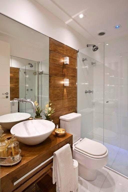 Banheiro amadeirado com cuba branca