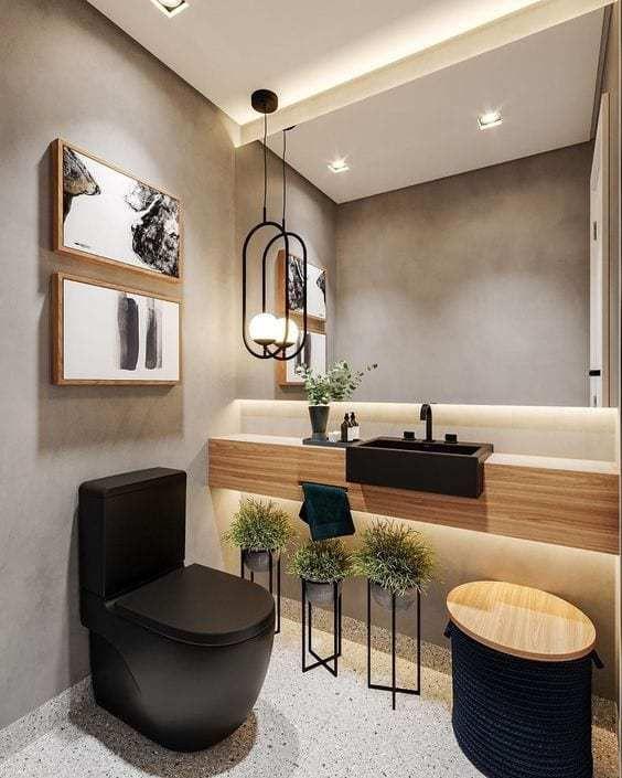 Banheiro pequeno amadeirado com detalhes em preto e cinza