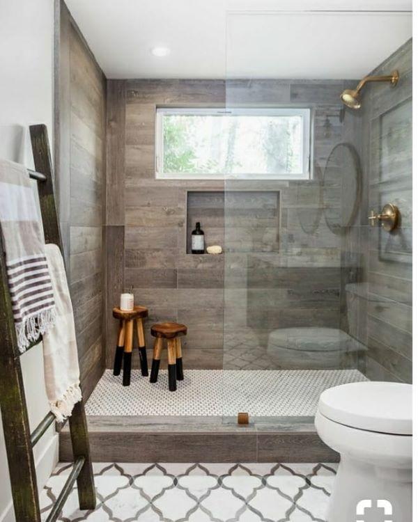 Banheiro amadeirado com decoração moderna
