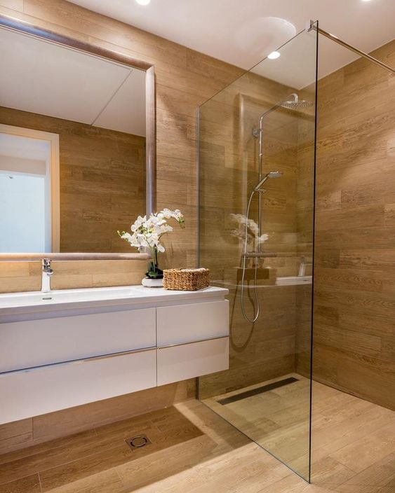 Banheiro amadeirado com gabinete branca