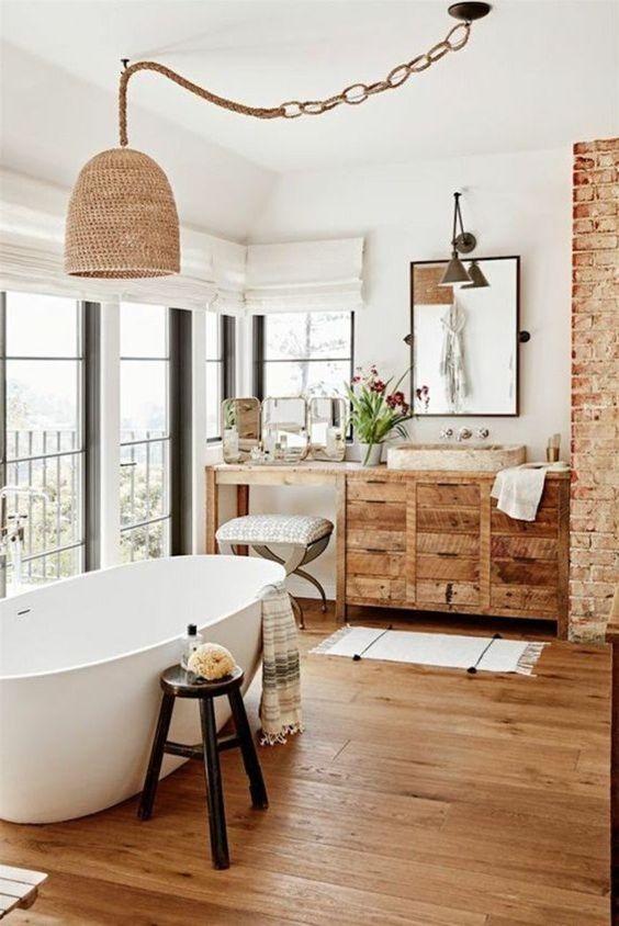 Banheiro amadeirado com móveis de madeira