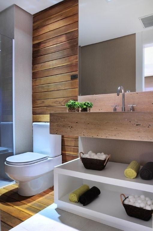 Banheiro amadeirado com nichos brancos