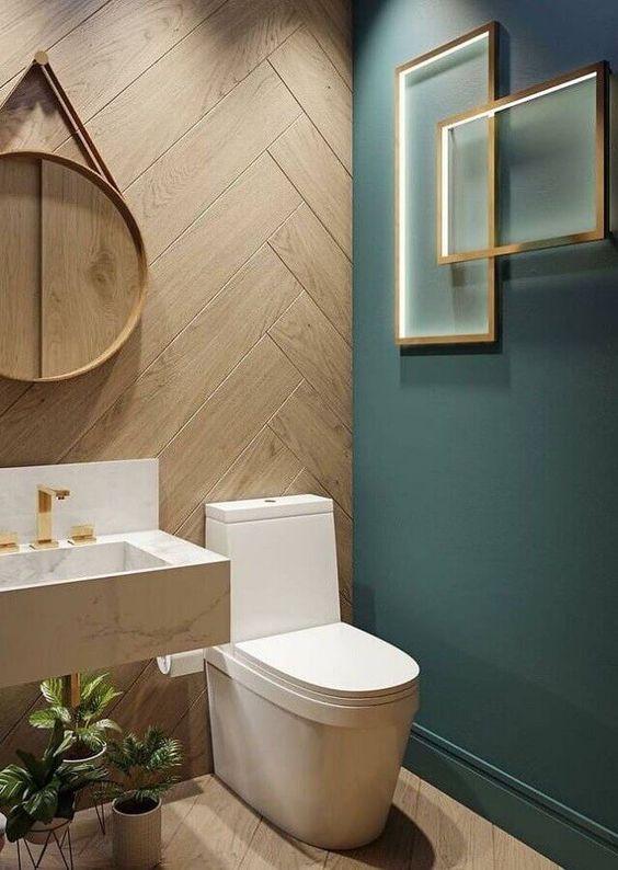 Banheiro amadeirado com parede verde