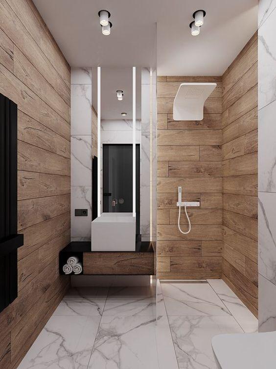 Banheiro amadeirado com piso de mármore