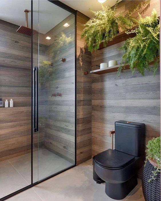 Banheiro amadeirado com prateleiras de plantas na decoração