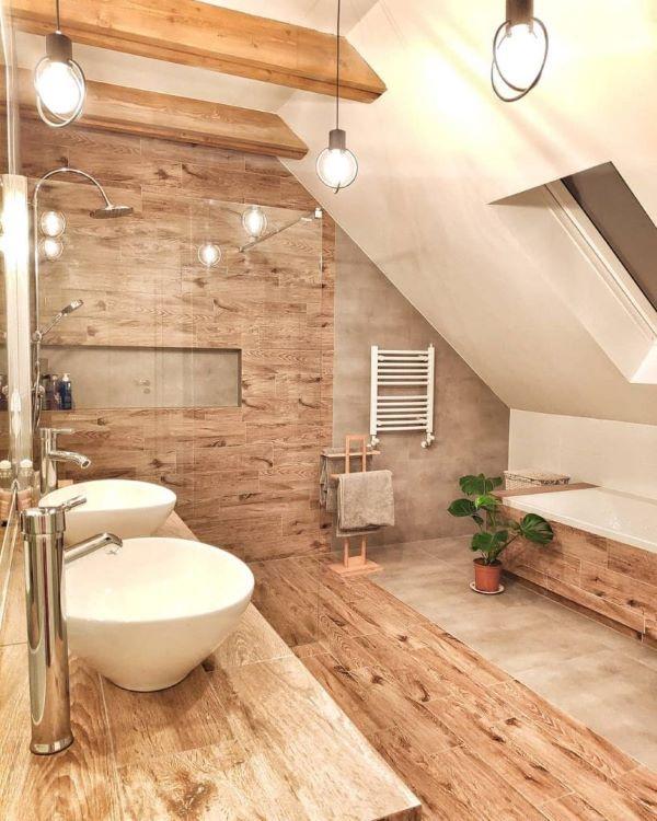Banheiro grande com revestimento de madeira
