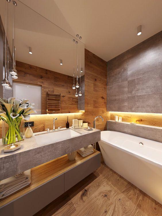 Banheiro bem decorado com detalhes em madeira e cinza