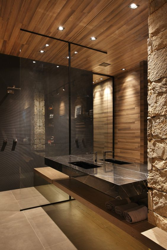 Banheiro amadeirado com preto e detalhes chiques