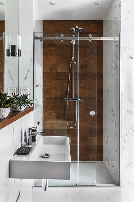 Banheiro com detalhes amadeirados na área molhada