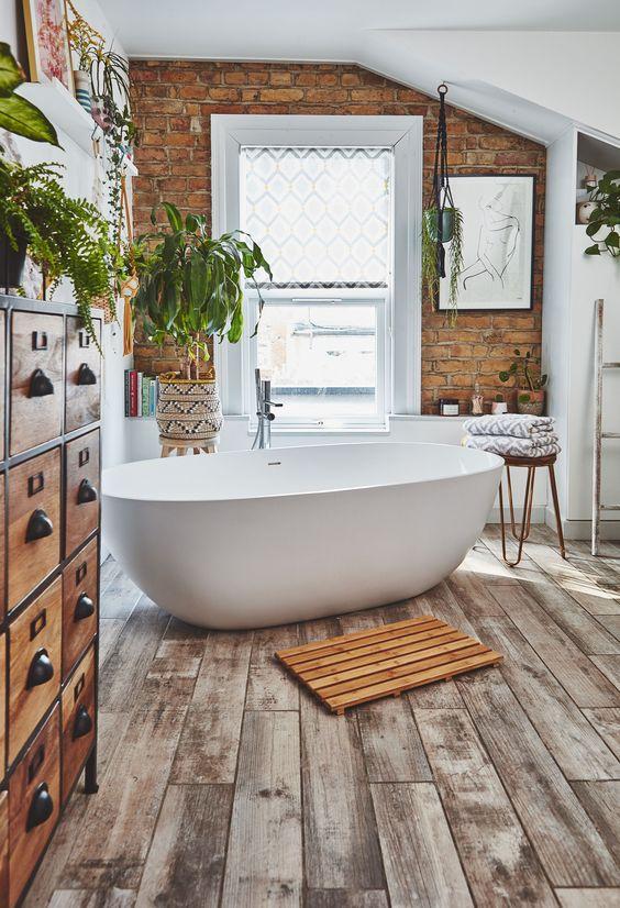 Banheiro amadeirado com banheira branca