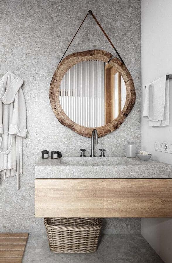 banheiro cinza decorado com espelho redondo com moldura e alça Foto Cavalus