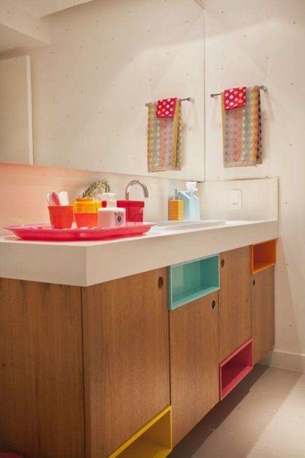 Banheiro colorido com kit para banheiro combinando