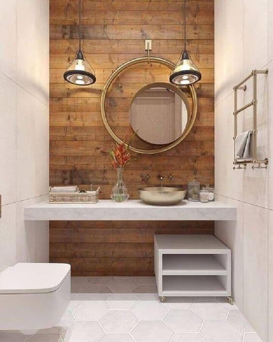Banheiro com porcelanato amadeirado e detalhes decorativos em branco