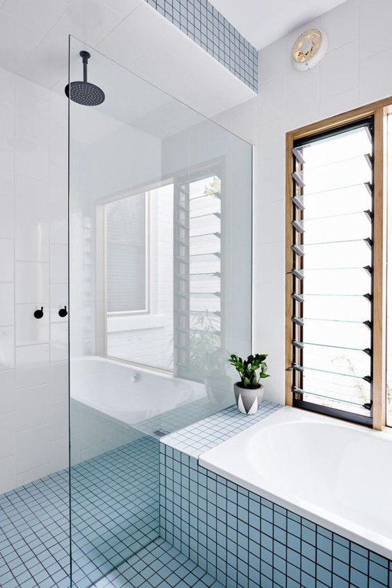 Banheiro com revestimento azul claro e branco