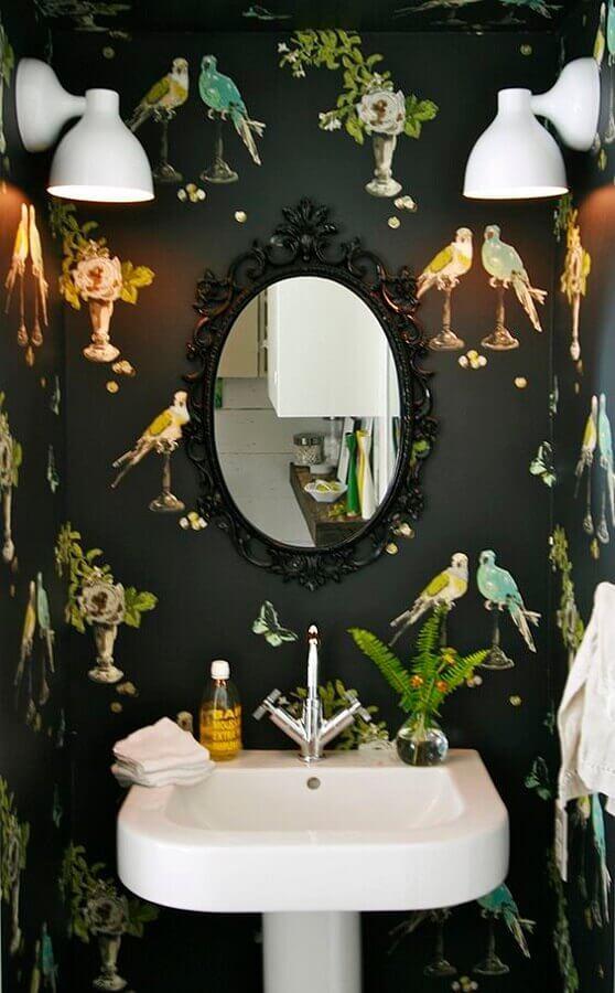 banheiro decorado com papel de parede e espelho com moldura preta Foto Pinterest