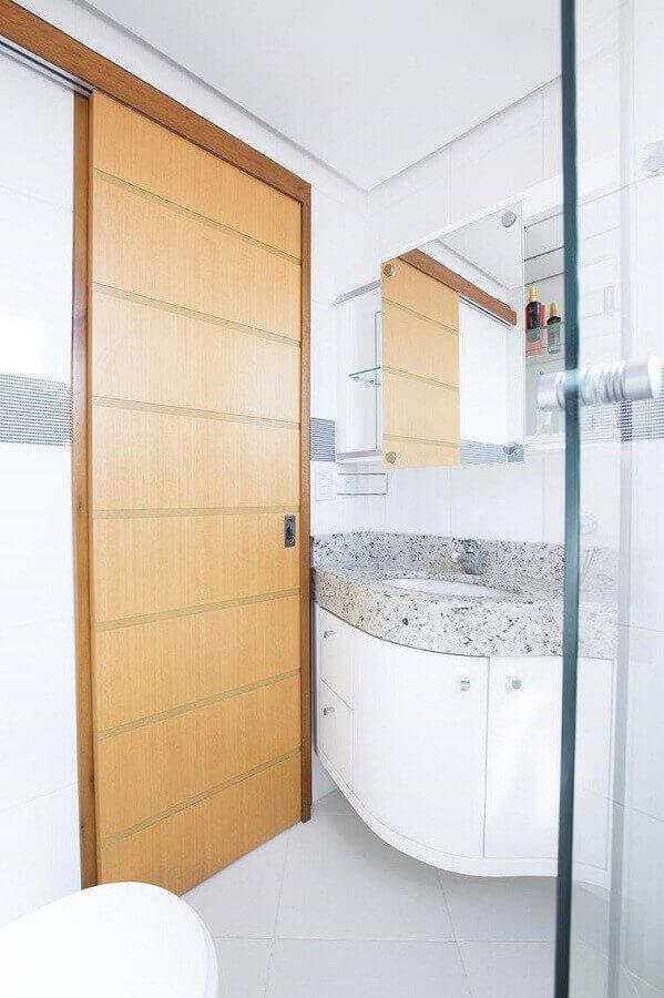 Banheiro pequeno planejado com porta de correr