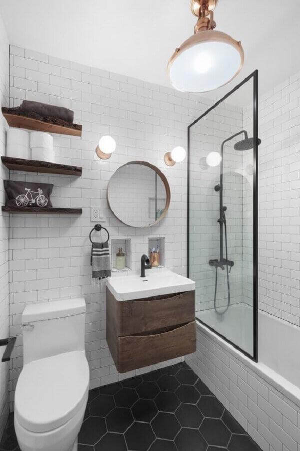 banheiro pequeno simples decorado com piso preto hexagonal Foto Pottery Barn