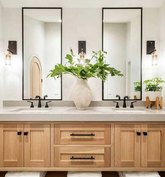 Banheiro sem janela decorado com armário de madeira e espelhos