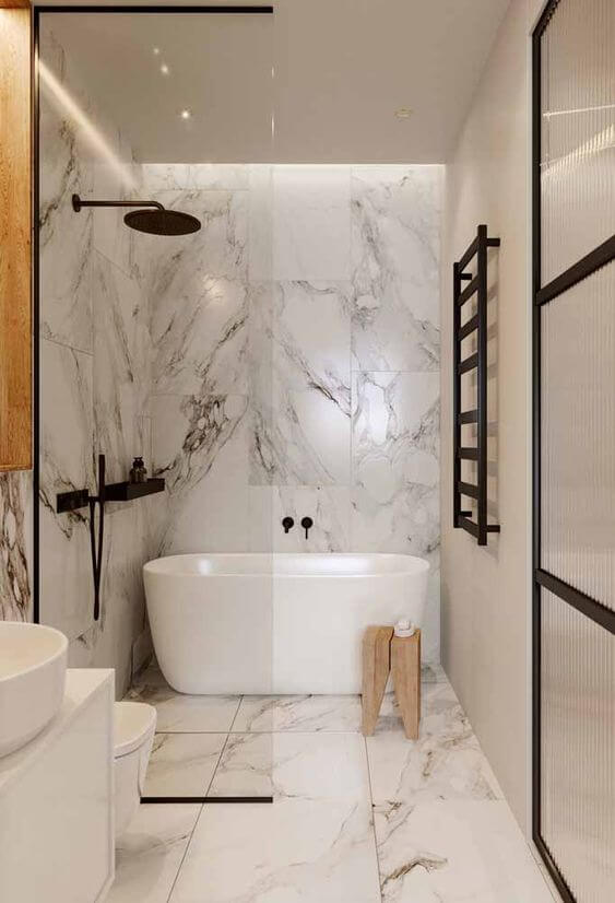 Banheiro sem janela com banheira branca