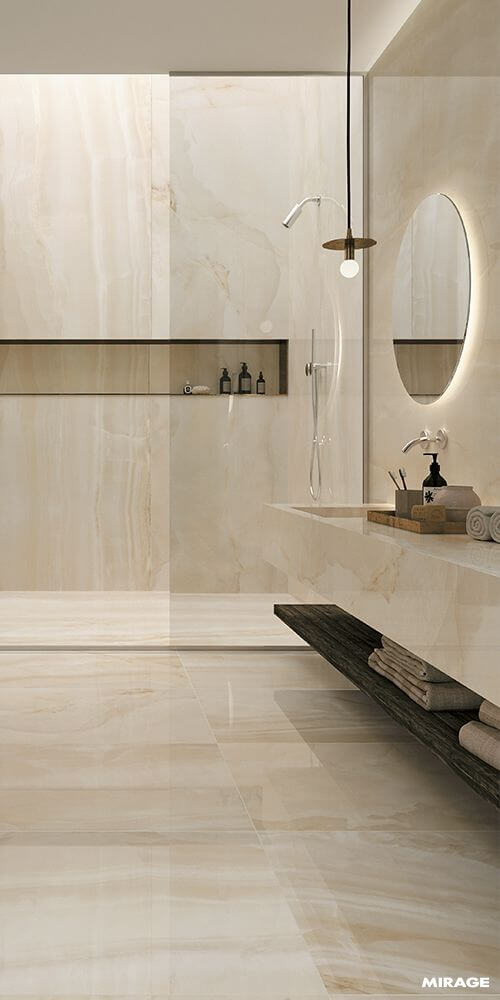 Banheiro sem janela com espelho redondo iluminado