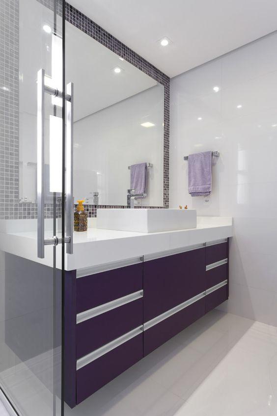 Banheiro sem janela com decoração roxa