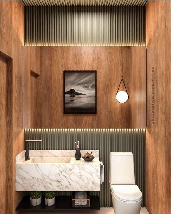 Banheiro com revestimento de madeira