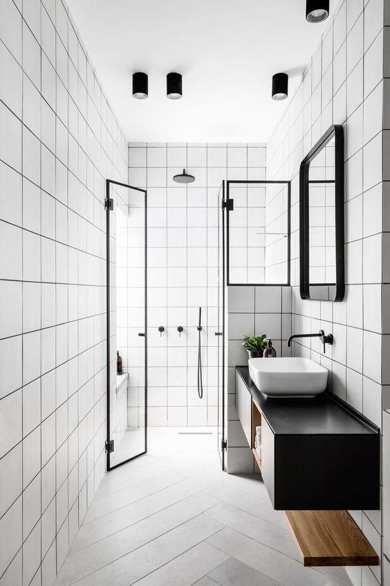 Banheiro preto e branco sem janela