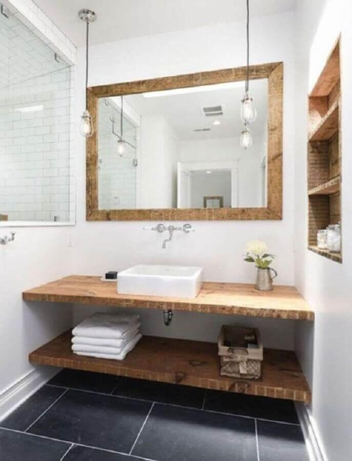 banheiro simples decorado com espelho com moldura de madeira Foto Pinterest