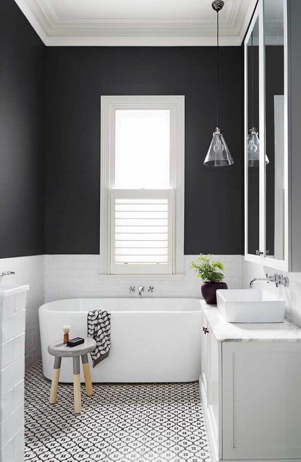 banheiro simples decorado preto e branco com banheira pequena Foto Archilovers