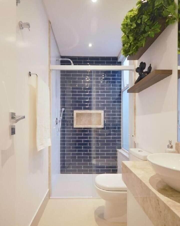 banheiro simples e pequeno todo branco decorado com revestimento azul escuro na área do box  Foto Pinterest