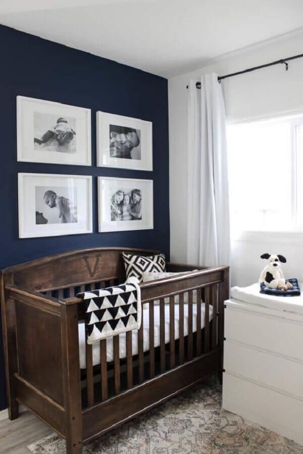 berço de madeira para decoração de quarto de bebê azul marinho e branco Foto Love Create Celebrate