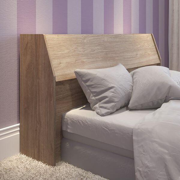 Cabeceira com baú de madeira