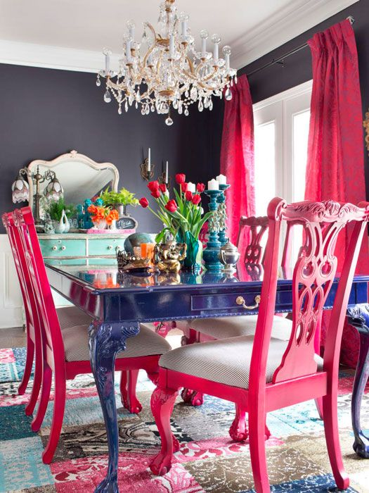 Cadeira rosa pink com mesa azul royal