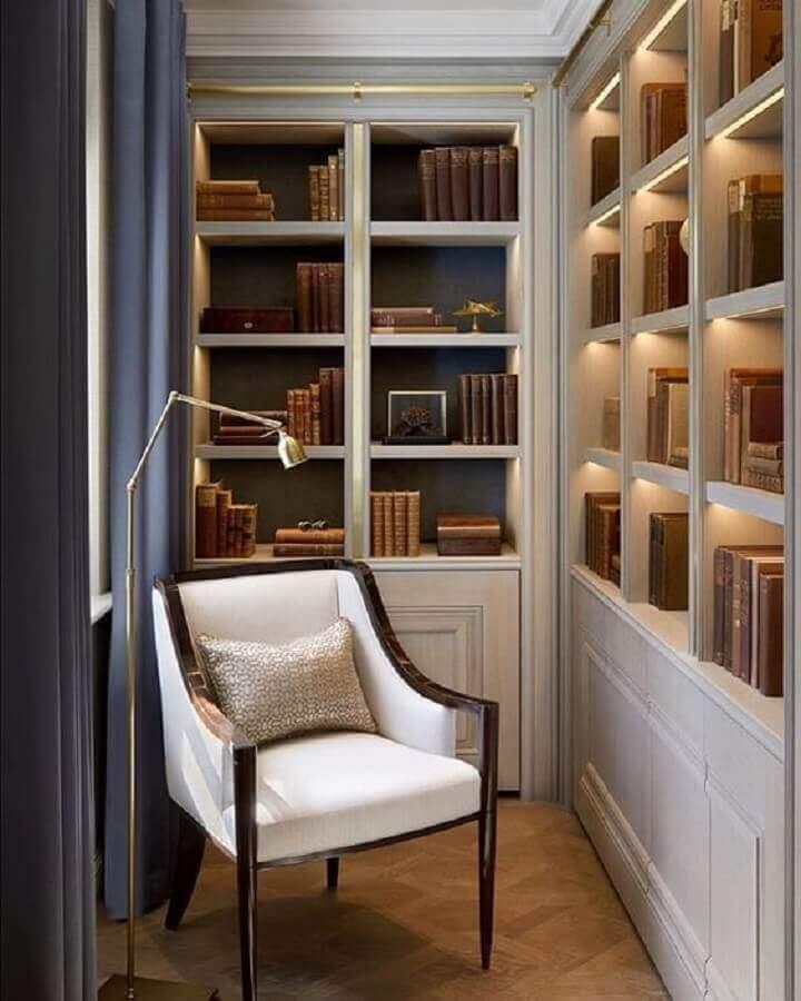 cantinho de leitura decorado com estantes planejadas e poltrona pequena para leitura Foto Next Luxury
