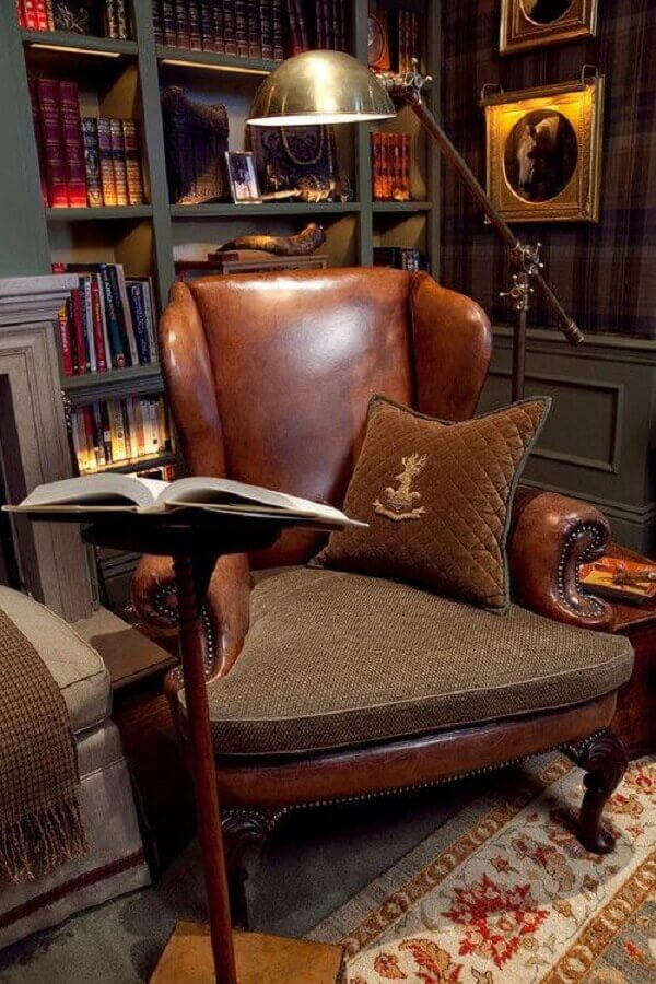 cantinho de leitura decorado com poltrona antiga de couro Foto Pinterest