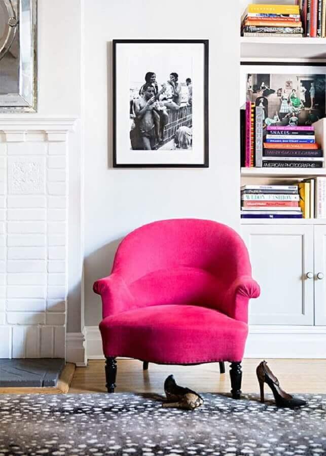 Decoração branca com poltrona pink