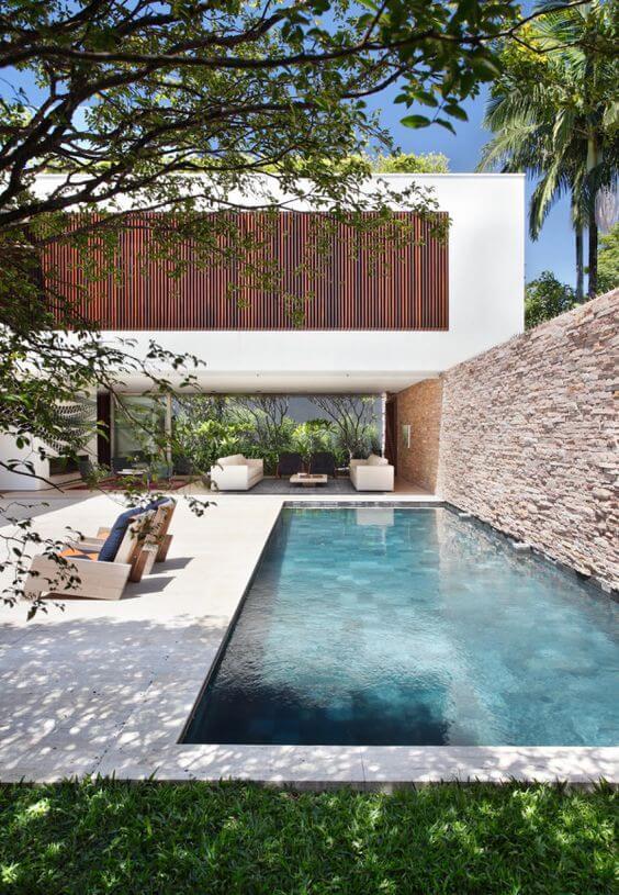 Casa com muros bonitos de pedra