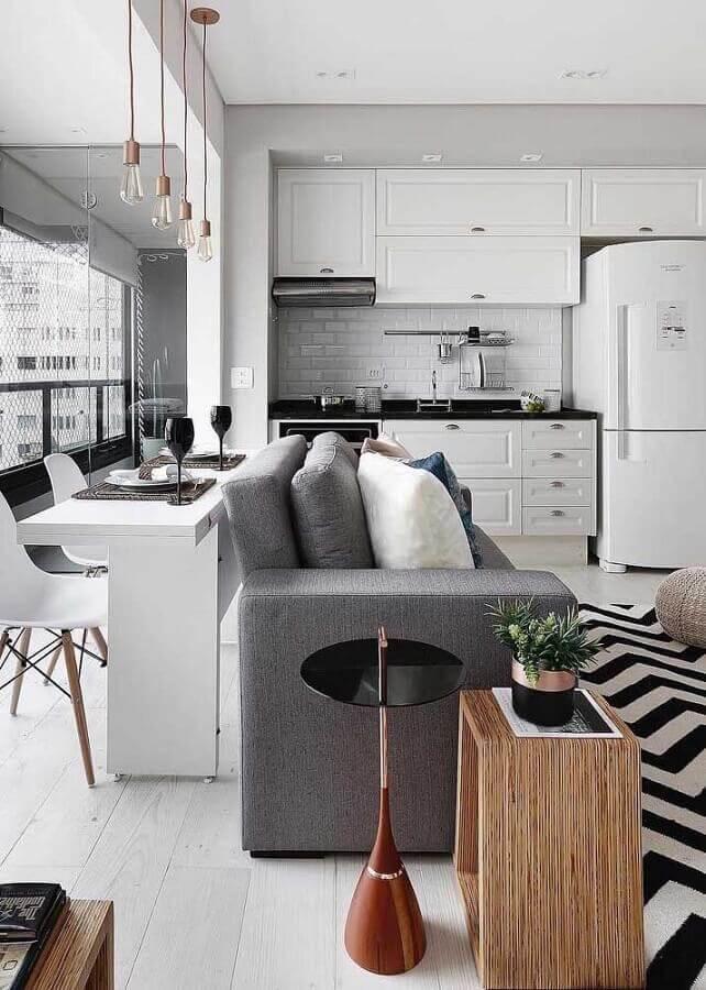casa conceito aberto cinza e branca com armários de cozinha vintage Foto JERA Arquitetura e Engenharia