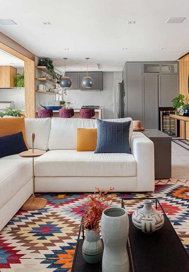 casa conceito aberto decorada em cores claras com detalhes coloridos Foto Pinterest